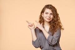 Vrouwen biege achtergrondexemplaarruimte Royalty-vrije Stock Foto's