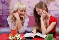 Vrouwen bij de keuken Stock Foto