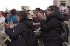 Vrouwen bij de massa van Pausfrancis Stock Foto's