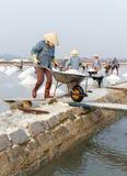 Vrouwen bij de zoute gebieden van Hon Khoi in Nha Trang, Vietnam Royalty-vrije Stock Fotografie