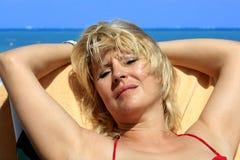 Vrouwen bij het strand Stock Foto's