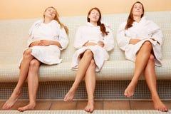 Vrouwen bij het verwarmde bank ontspannen Stock Afbeeldingen