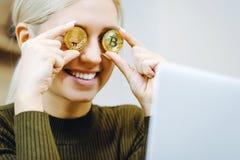 Vrouwen bitcoin laptop royalty-vrije stock afbeelding
