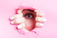 Vrouwen blauw oog met mascara die door verwijderde raad kijken Royalty-vrije Stock Afbeelding