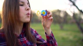Vrouwen blazende zeepbels in openlucht stock videobeelden