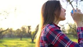 Vrouwen blazende zeepbels in openlucht stock video