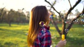 Vrouwen blazende zeepbels in openlucht stock footage
