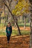 Vrouwen in bos Stock Afbeeldingen