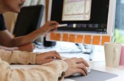 Vrouwen in bureau die aan Desktop samenwerken stock afbeelding