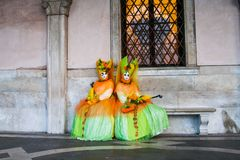 Vrouwen in Carnaval-kostuum stock foto