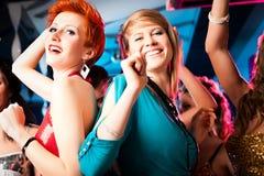 Vrouwen in club of disco het dansen stock foto