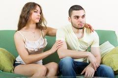 Vrouwen concoling gedeprimeerde man Royalty-vrije Stock Fotografie
