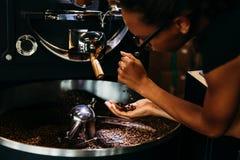 Vrouwen controlerende kwaliteit van koffie Stock Afbeelding
