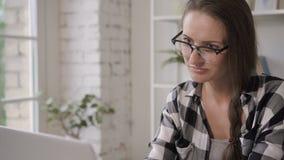 Vrouwen de bedrijfseigenaar blogger werkt met laptop, thuis typend de werkplaats van de tekstzitting stock video