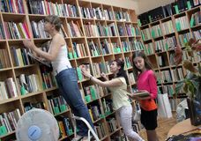 Vrouwen in de boeken van een openbare bibliotheeklezing Royalty-vrije Stock Fotografie