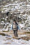 Vrouwen in de bovenkant van a in berg wandeling stock fotografie