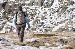 Vrouwen in de bovenkant van a in berg wandeling Royalty-vrije Stock Afbeeldingen