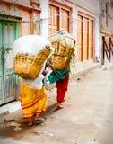 Vrouwen in de Dragende Manden van Nepal Royalty-vrije Stock Afbeeldingen