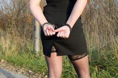 Vrouwen de handboeien om:doen gerechtelijke politie Royalty-vrije Stock Foto's