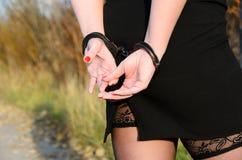 Vrouwen de handboeien om:doen gerechtelijke politie Stock Foto's