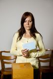 Vrouwen in de verkiezing met stemmingen en stembus Stock Foto