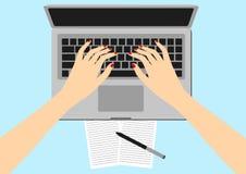Vrouwen in de werkplaats Laptop van handenbureaus het scherm vectorillustratie van bedrijfsmensen Hoogste Meningshoek boven het b Stock Fotografie