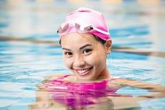 vrouwen dicht omhooggaand portret in zwembad Royalty-vrije Stock Afbeeldingen