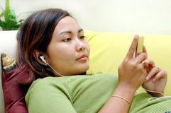 Vrouwen die aan de muziek luisteren stock afbeelding