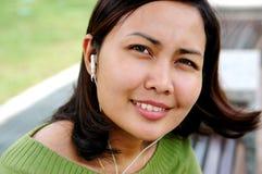 Vrouwen die aan de muziek luisteren Stock Afbeeldingen