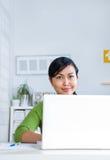 Vrouwen die aan laptop werken Stock Foto's