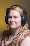 Vrouwen die aan muziek een lijst maken van Royalty-vrije Stock Foto's