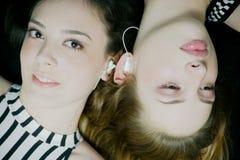 Vrouwen die aan muziek luisteren Stock Foto