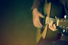 Vrouwen die akoestisch gitaarclose-up spelen stock afbeelding