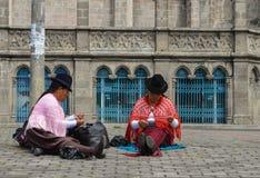 Vrouwen die, Andeskostuum, het breien naaien royalty-vrije stock afbeelding
