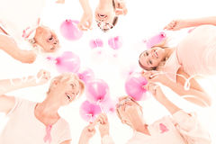 Vrouwen die ballons houden stock afbeeldingen
