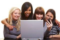 Vrouwen die beelden uploaden Stock Afbeeldingen