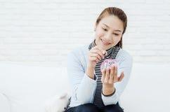 Vrouwen die in besparingen glimlachen royalty-vrije stock afbeelding