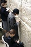 Vrouwen die bij de Westelijke Muur bidden Stock Fotografie