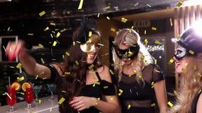 Vrouwen die bij een club partying stock footage
