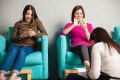 Vrouwen die bij een spijkerkuuroord ontspannen Stock Foto