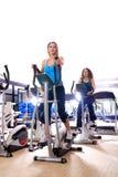 Vrouwen die bij het spinnen van fietsen bij de gymnastiek uitwerken Royalty-vrije Stock Afbeeldingen