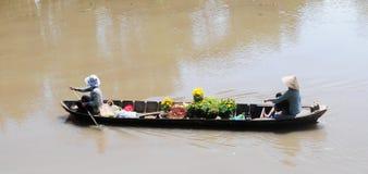Vrouwen die bij kano en het roeien zitten royalty-vrije stock foto
