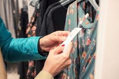 Vrouwen die bij modieuze winkel winkelen stock afbeeldingen