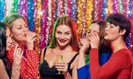 Vrouwen die bij partij drinken Stock Afbeelding
