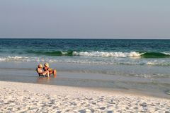 Vrouwen die bij Strand lezen Stock Foto