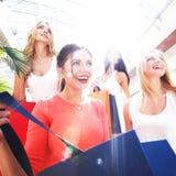 Vrouwen die bij wandelgalerij winkelen Stock Afbeeldingen