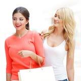 Vrouwen die bij wandelgalerij winkelen Royalty-vrije Stock Fotografie