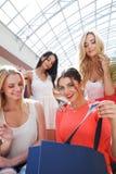 Vrouwen die bij wandelgalerij winkelen Stock Foto