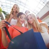 Vrouwen die bij wandelgalerij winkelen Stock Fotografie