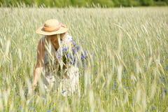 Vrouwen die blauwe bloemen plukken Stock Afbeeldingen
